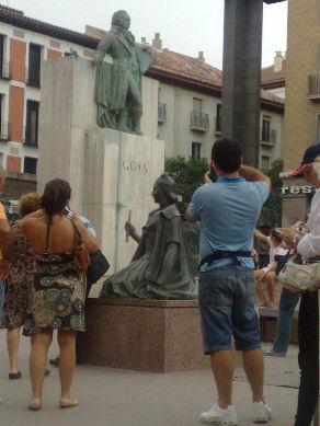 Turistas en el monumento a Goya de la Plaza del Pilar (mucha cámara, claro)