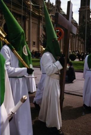 Ese soy yo, de cofrade, llevando la Cruz de los fallecidos (Foto de Ramón Pascual)