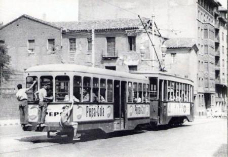 Fotografía del tranvia de Zaragoza en los años 50 tomada del sitio web de Rafael Castillejo en www.zaragozadirecto.com
